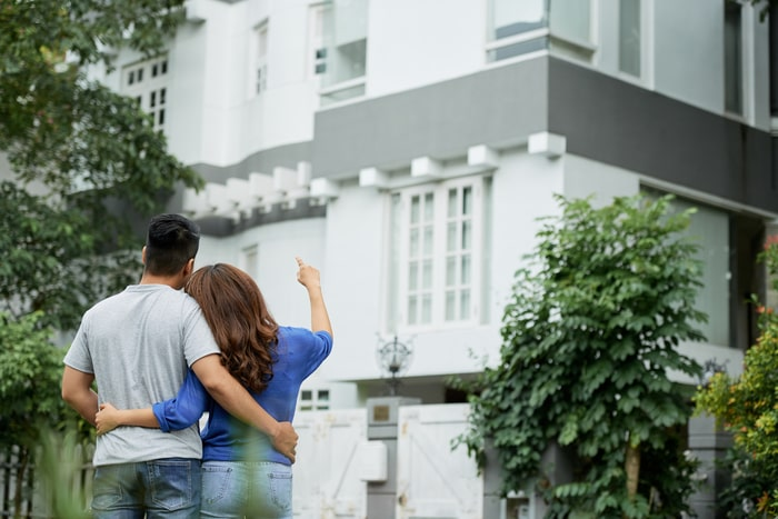 couple-looking-at-house