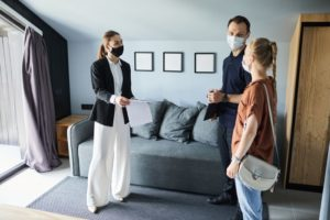 couple-wearing-masks-at-house-tour